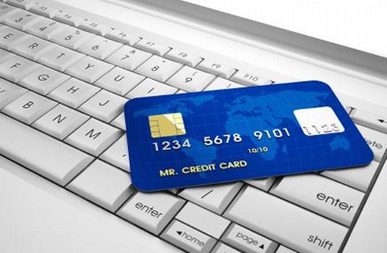 Web sitesinde kredi veya banka kartı ödemelerini kabul eden her e-Ticaret sitesi için PCI uyumluluğu zorunludur. Müşteriler tarafından girilen tüm bilgiler hassas verilerdir, bu nedenle iyi korunmaları gerekir. PCI DSS, kart ödemelerini işleyen, kredi, banka kartı veya ön ödemeli kart bilgilerini depolayan veya ileten tüm satıcıların güvenli işlemler sağlamak için izlemesi gereken adımları, içerir. PCI DSS'in temel amacı, banka ve kredi kartı veri kaybı riskini azaltmaktır. Bunun nasıl önlenebileceğini, tespit edilebileceğini ve olası veri ihlalleri meydana gelirse nasıl tepki verileceğini önerir. Hem üye iş yerleri hem de kart sahipleri için koruma sağlar.